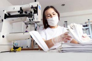 Výroba kabeliek sa zmenila na výrobu bavlnených dvojvrstvových rúšok